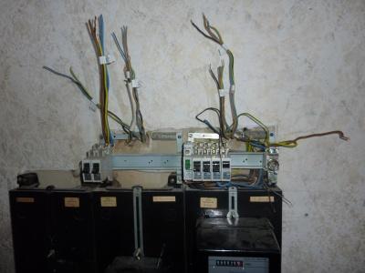 Abgeklemmte und beschriftete Leitungen