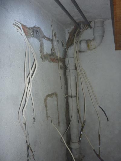 Leitungen auf der Wandrückseite